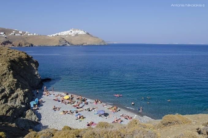 Παραλία Τζανάκι και στο βάθος η Χώρα